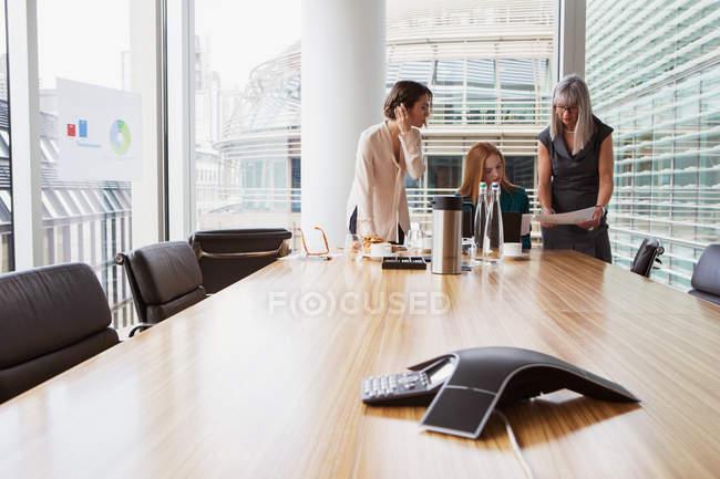 Imprenditrici che preparano la presentazione in sala riunioni — Foto stock