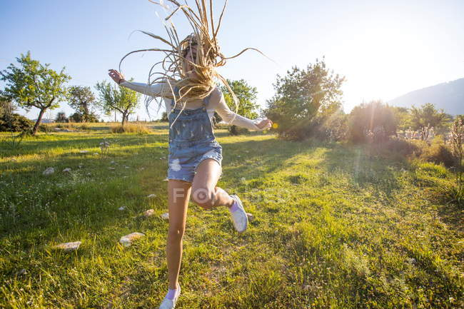 Woman jumping for joy in field — Stock Photo