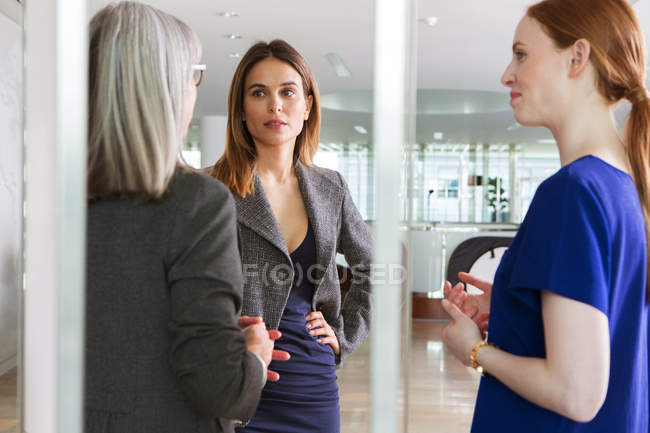 Femmes d'affaires debout avoir la discussion — Photo de stock