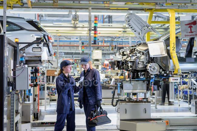 Жіночий обслуговування інженерів у автомобільного заводу — стокове фото
