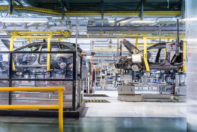 Linea di produzione di auto in fabbrica di auto — Foto stock