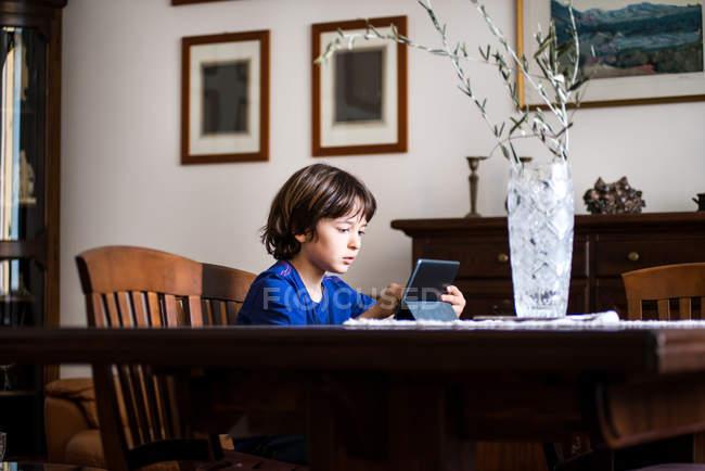 Хлопчик за допомогою сенсорного екрана — стокове фото