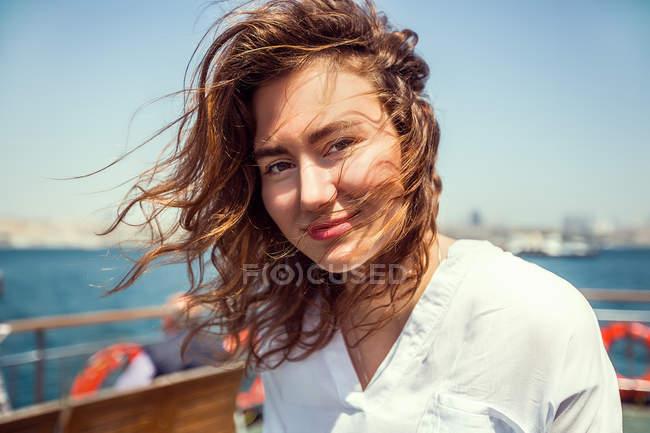 Ritratto di giovane turista donna — Foto stock
