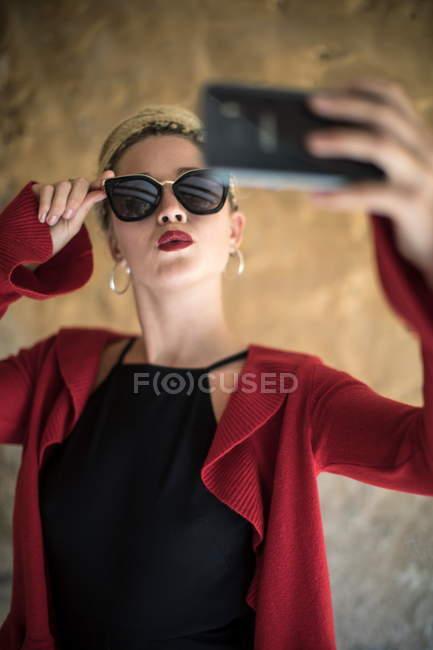 Femme avec dreadlocks prendre selfie — Photo de stock