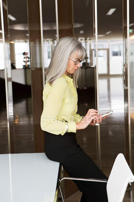 Бизнесмен сидит на столе — стоковое фото