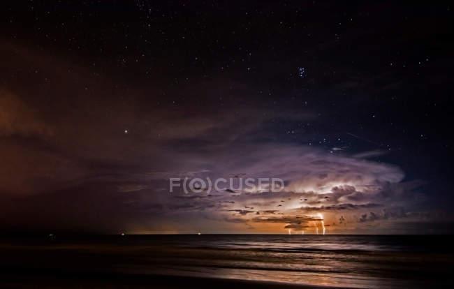 Буря молний поражает Атлантического океана от какао-Бич — стоковое фото