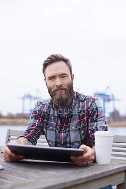Retrato del joven diseñador masculino - foto de stock