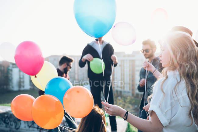 Gruppo di amici che si godono la festa sul tetto — Foto stock