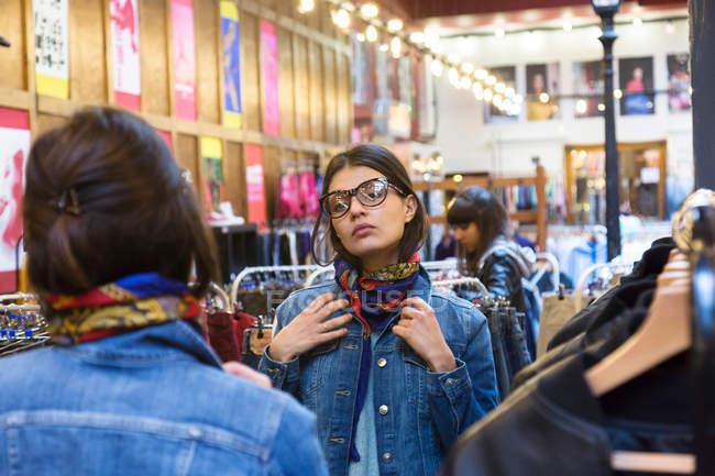 Молода жінка покупця — стокове фото