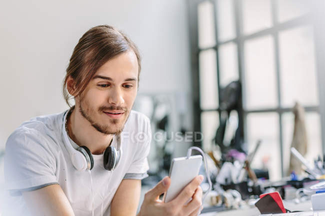 Man looking at mobile phone — Stock Photo