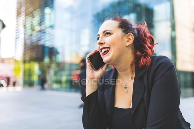 Femme d'affaires faisant appel smartphone — Photo de stock