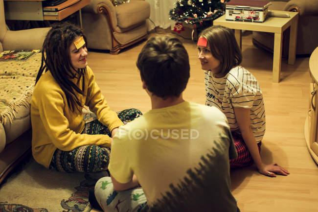 Friends playing game — Stock Photo