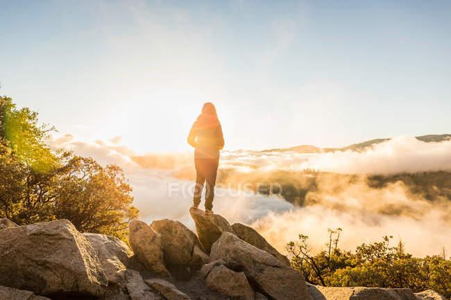 Donna che guarda fuori sulla valle — Foto stock