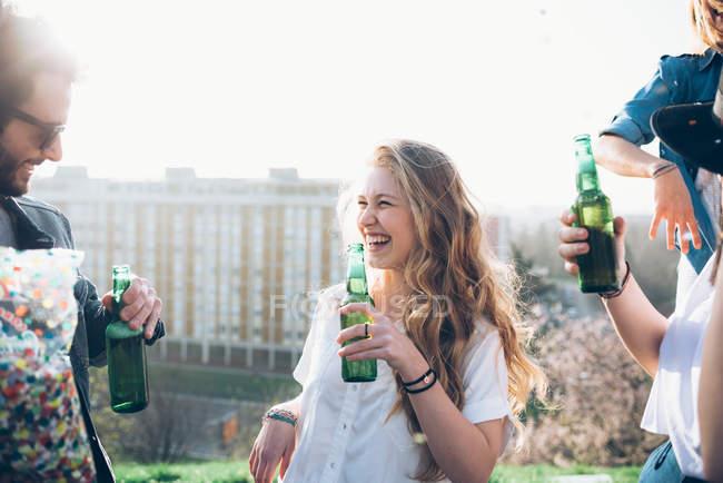 Grupo de amigos segurando garrafas de cerveja — Fotografia de Stock