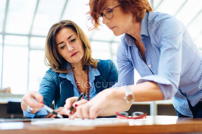 Zwei Frauen, die Problemlösung — Stockfoto