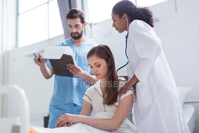 Médico examinar paciente com estetoscópio — Fotografia de Stock