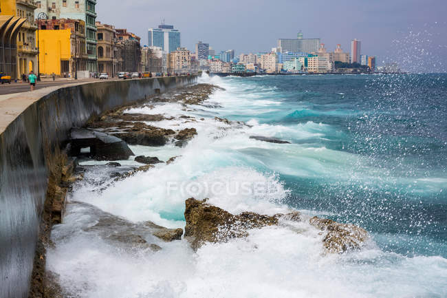 Ozeanwellen gegen Promenade zerschlagen — Stockfoto