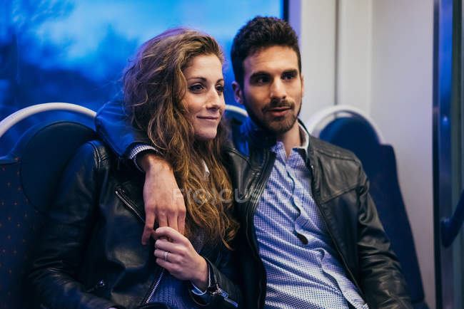Ehepaar im Zug unterwegs — Stockfoto