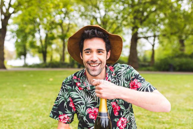 Людина холдингу пляшку з шампанським — стокове фото