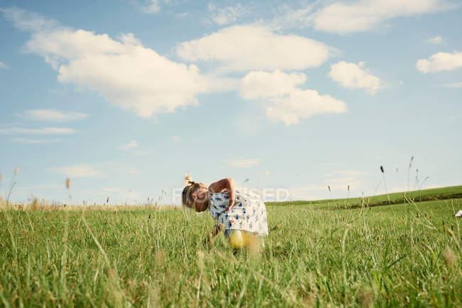 Bambin femelle dans le champ — Photo de stock