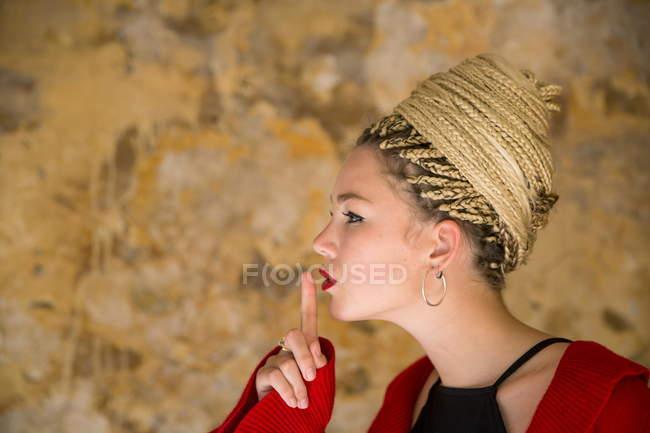 Junge Frau mit dreadlocks — Stockfoto