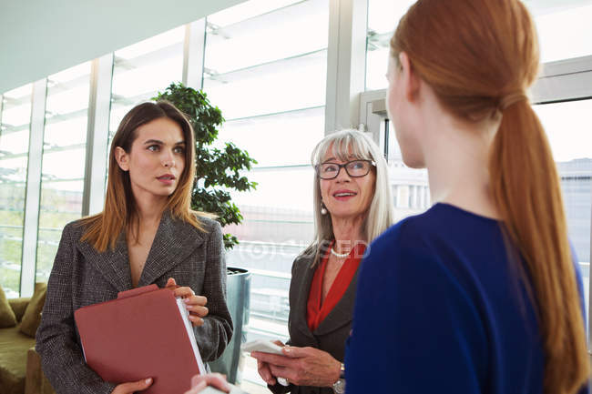 Femmes d'affaires debout avoir la discussion — Photo de stock