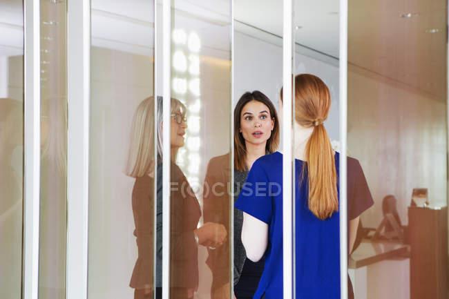 Бизнесмены стоя, обсуждение — стоковое фото