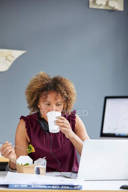 Designer donna a pranzo di lavoro — Foto stock