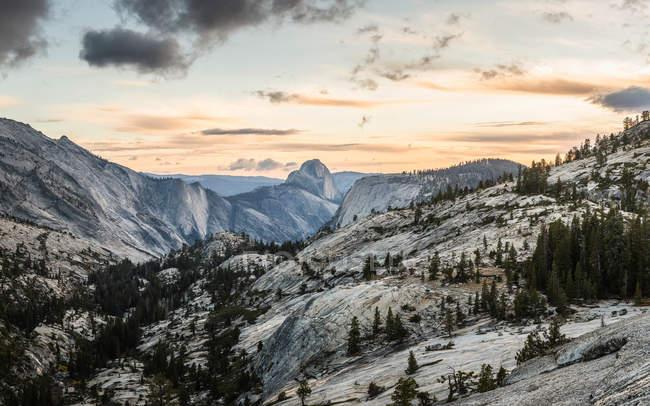 Vue de montagnes Rocheuses au coucher du soleil — Photo de stock