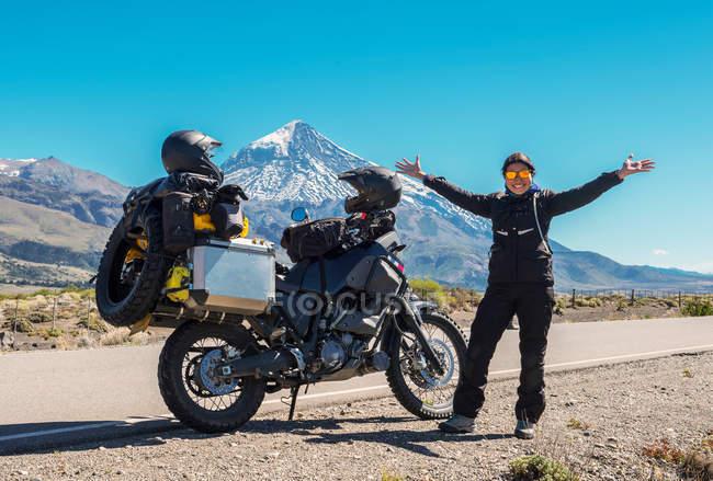 Woman standing next to touring motorbike — Stock Photo