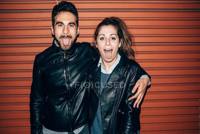Coppia che attacca fuori linguetta — Foto stock