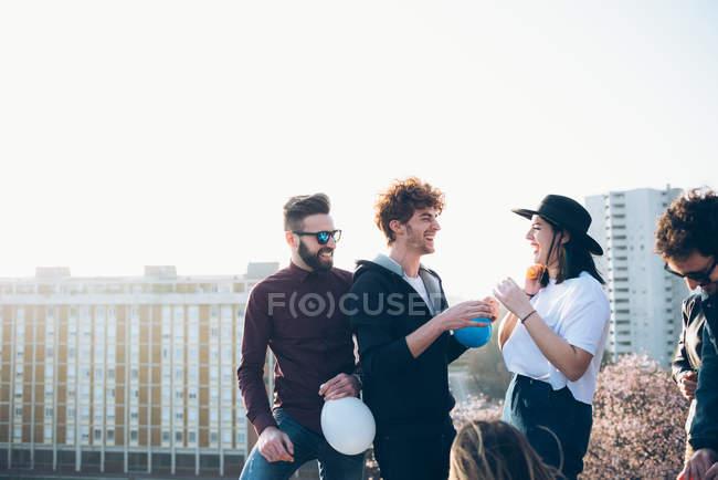 Freunde genießen Dach Partei — Stockfoto