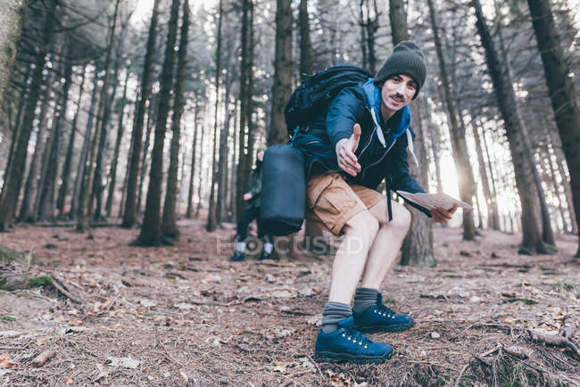 Man hiking offering a helping hand — Stock Photo
