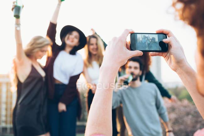 Grupo de amigos disfrutando de la fiesta en el techo - foto de stock