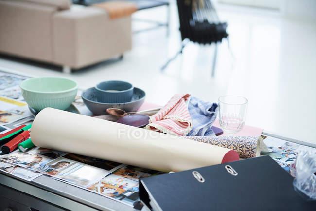 Дизайн студия стол с фотографиями — стоковое фото