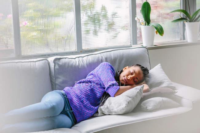 Donna che dorme sul divano — Foto stock