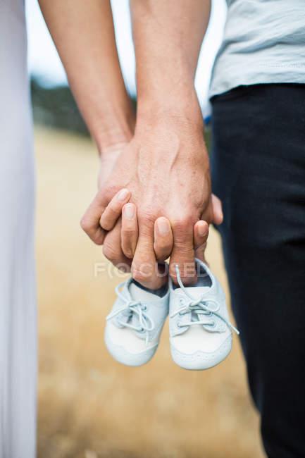 Couple main dans la main — Photo de stock