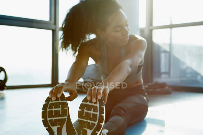Giovane donna che si esercita in palestra — Foto stock
