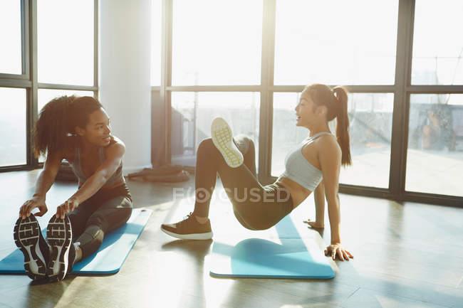 Две молодые женщины, занимающиеся спортом — стоковое фото