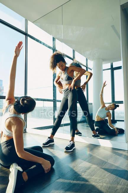 Dos mujeres haciendo ejercicio en el gimnasio - foto de stock 68e9cee5b1b3