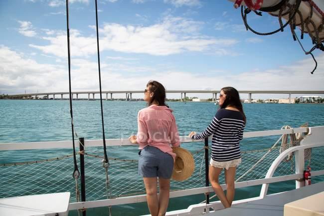 Дві жінки на плаваючому човні — стокове фото