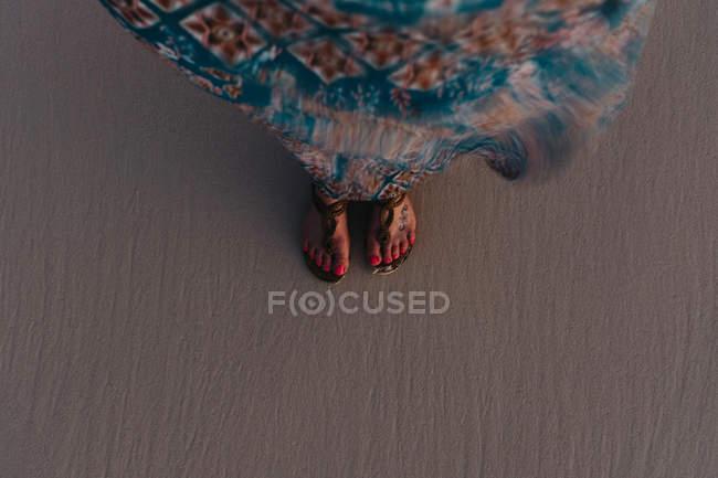 Frauen Füße auf sand — Stockfoto