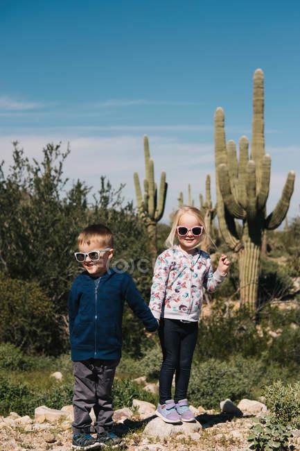 Menino e menina de mãos dadas — Fotografia de Stock