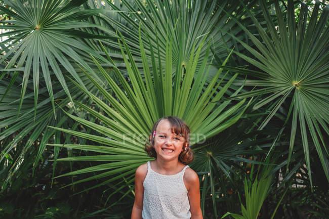 Preteen Mädchen vor Wedel palm — Stockfoto