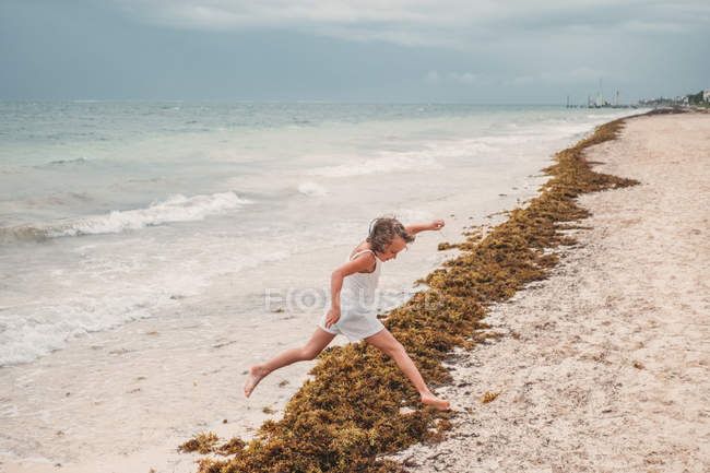 Девушка играет в Сесайд — стоковое фото