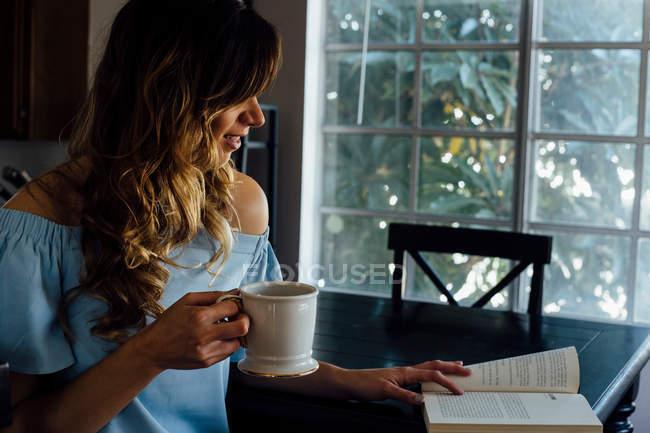 Giovane donna che legge libro — Foto stock