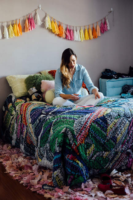 Молода жінка на пошарпаний шик ліжко — стокове фото