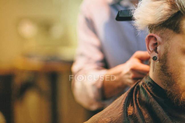 Человек, имея стрижка — стоковое фото