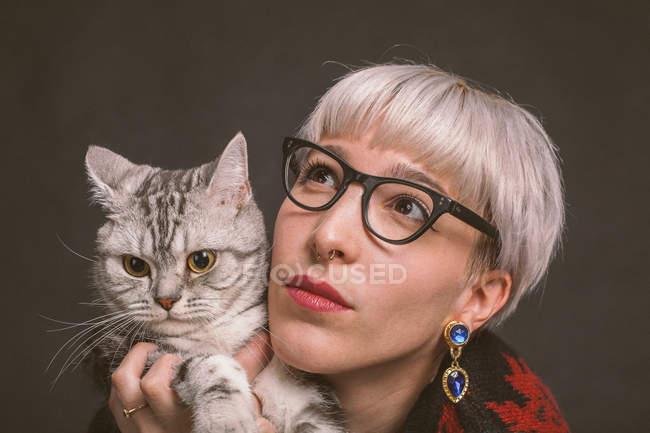 Молода жінка холдингу кішка — стокове фото