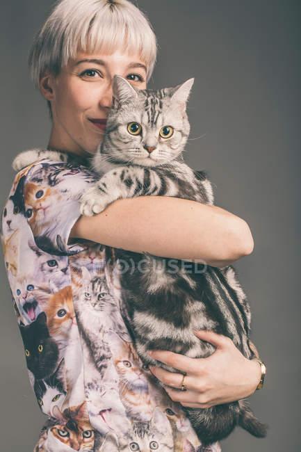 Chat jeune femme holding — Photo de stock
